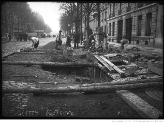 Workers repairing streets ruined by the flood, from Bibliothèque nationale de France